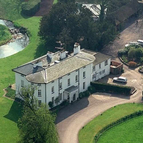 Application Luxury Grade II-listed manor house in Buckinghamshire with bigger kitchen